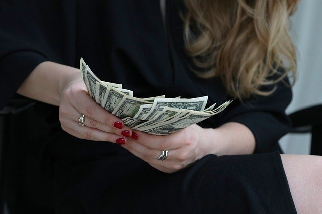 woman-counting-money